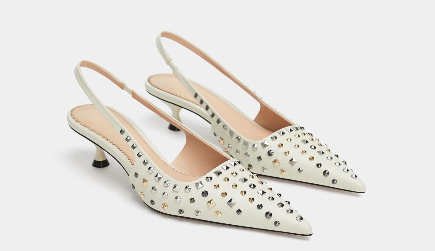 Zara har flera snygga och trendiga modeller som vanligt i sitt  höstsortiment av skor. Bland annat dessa slingbackpumps med taxklack och  nitar. Ett fynd för ... 80f1b6611f021
