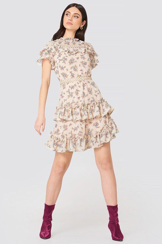 98e628f24b26 Söt liten blommig klänning med volanger HÄR